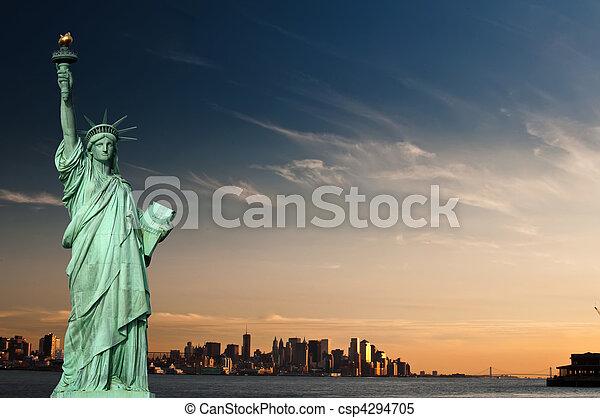 Concepto de turismo Nueva York con libertad de estatuas - csp4294705
