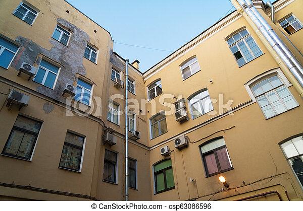 El patio de la ciudad se construyó en forma de un pozo en San Petersburgo. - csp63086596