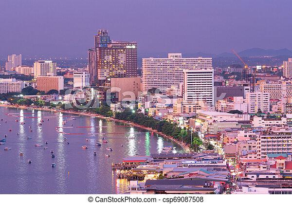 Ciudad Pattaya por la noche. - csp69087508