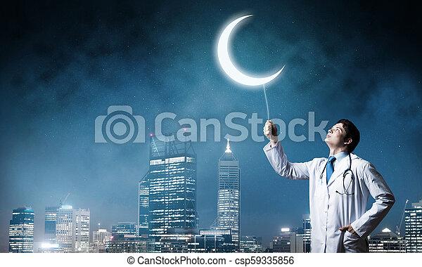 Doctor en la guardia de salud de la ciudad - csp59335856