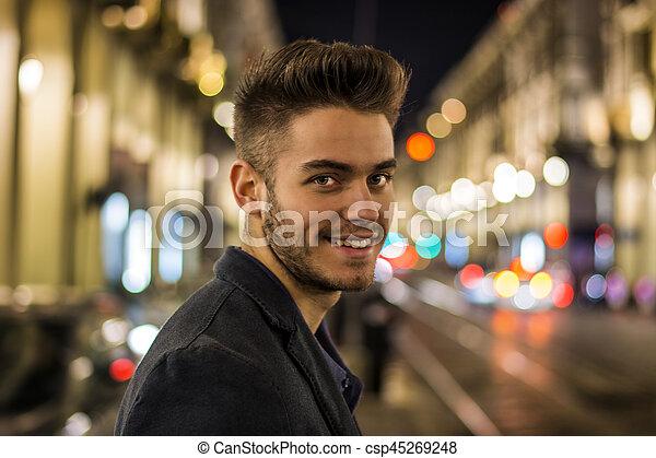 2b63b4345 ciudad, joven, luces, atractivo, noche, retrato, hombre