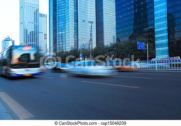 La calle de la ciudad moderna con el movimiento del vehículo borroso - csp15046239