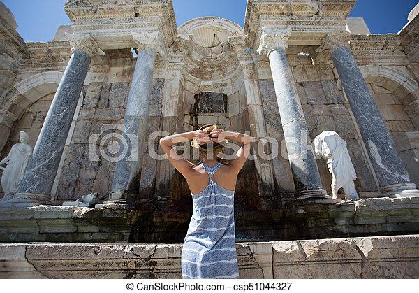 Una mujer viajera disfrutando de la antigua ciudad de Sagalassps - csp51044327