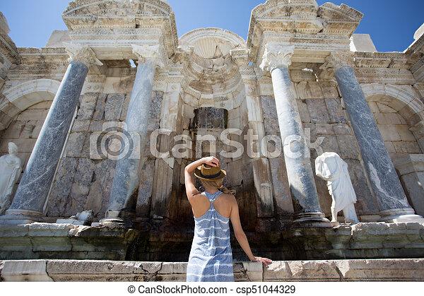 Una mujer viajera disfrutando de la antigua ciudad de Sagalassps - csp51044329
