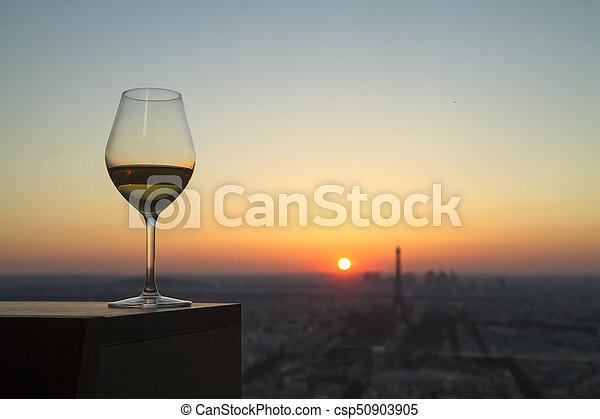 Vidrios de vino con vistas en París City al atardecer - csp50903905