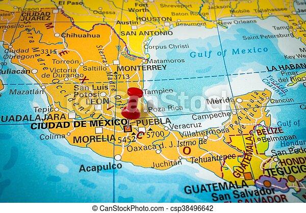 Pulgarcito en un mapa, empujando a Ciudad de México - csp38496642