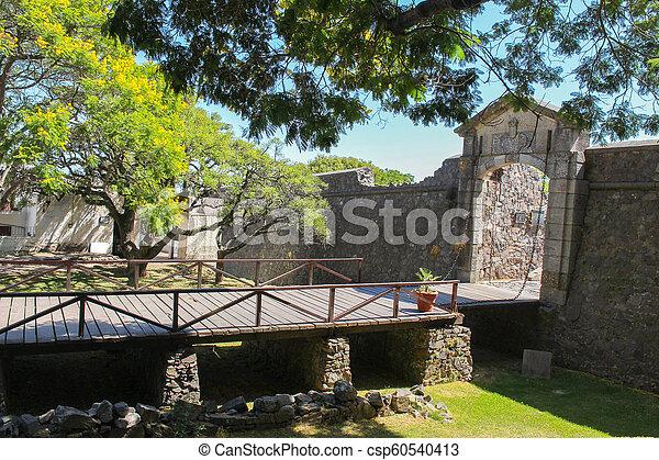 Puerta del campo de la ciudad del campo puerta colonial del sacramento en uruguay - csp60540413