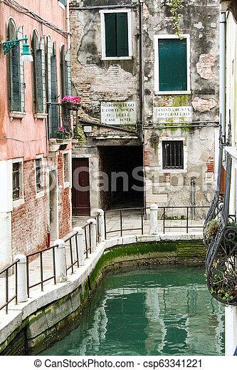 Un canal en la ciudad de Venecia - csp63341221