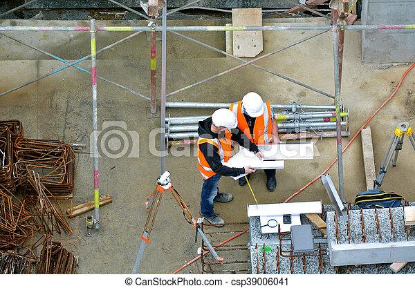 Ingenieros civiles inspeccionando la construcción - csp39006041