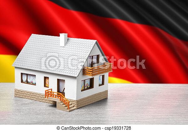 Casa clásica contra fondo de bandera alemana - csp19331728