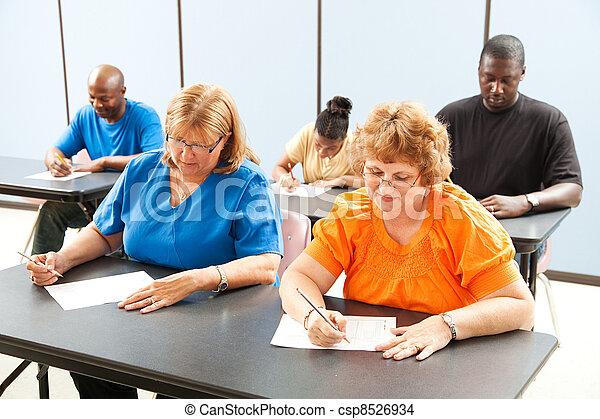 Clase de educación adulta, exámenes - csp8526934