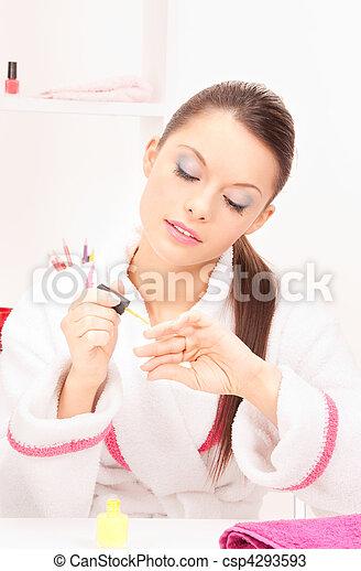 Mujer puliendo sus uñas - csp4293593