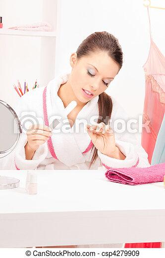 La mujer puliendo sus uñas - csp4279909