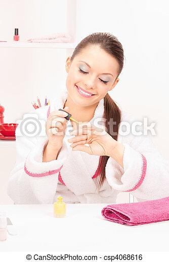 La mujer puliendo sus uñas - csp4068616