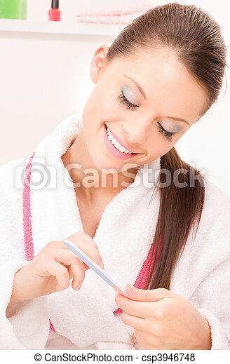 La mujer puliendo sus uñas - csp3946748