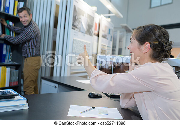 El cliente muestra aprobación en la huella seleccionada - csp52711398