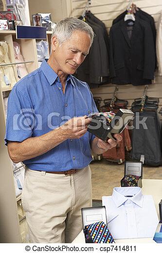 Cliente masculino en la tienda de ropa - csp7414811