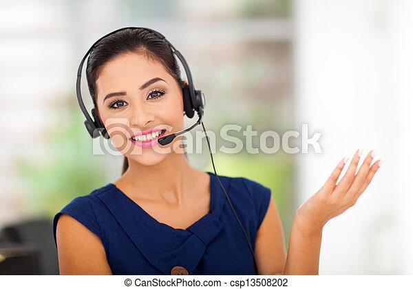 Mujer de servicio al cliente sonriendo - csp13508202