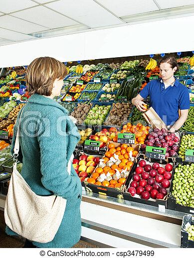 Greengrocer sirviendo a un cliente - csp3479499