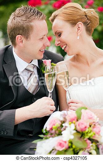 clinking, par, champanhe, casório, óculos - csp4327105