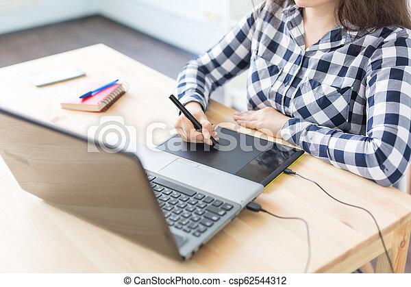close-up, grafisch, kantoor, tablet, moderne, digitale , vrouwenhanden, gebruik - csp62544312