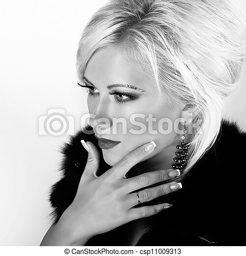 Close-up portrait of young beautiful blond woman, black and white - csp11009313