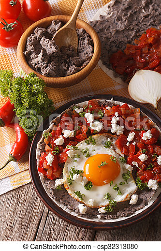 close-up, verticaal, food:, huevos, tafel., rancheros, mexicaanse  - csp32313080