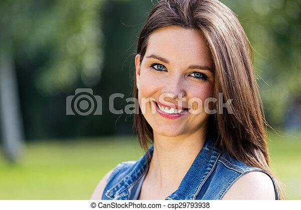 closeup, jeune, portrait, femme, mignon, parc - csp29793938