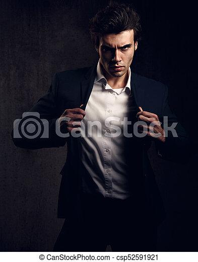 closeup, modifié tonalité, style, mode, ombre, chemise, modèle, regarder, arrière-plan., sexy, poser, tenue, complet, sombre, portrait, blanc mâle, charismatic, énergique - csp52591921