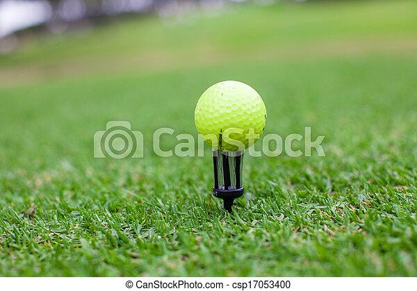 Una pelota de golf en un hermoso club de golf - csp17053400