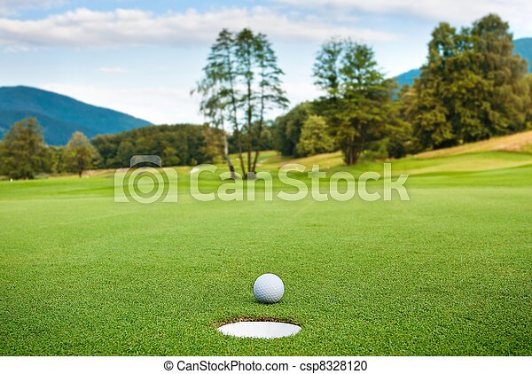 Golf ball on tee en un hermoso palo de golf - csp8328120