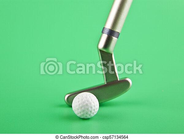 Club de golf con una pelota en un fondo verde - csp57134564