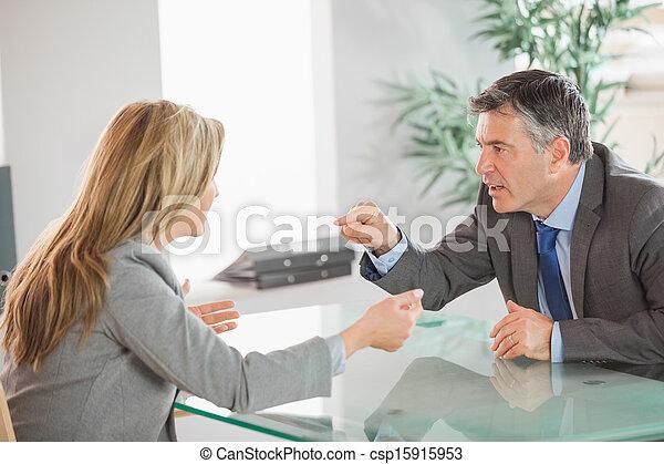 Dos trabajadores furiosos discutiendo en una oficina - csp15915953