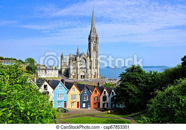 Casas coloridas con catedrales en el fondo, cobh, corcho del condado, Irlanda - csp67853301