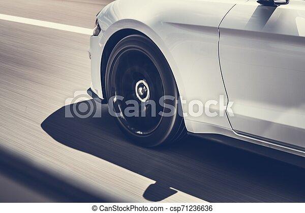 Autos a toda velocidad en una autopista - csp71236636
