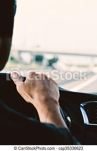 Un joven conduciendo un coche - csp35336623