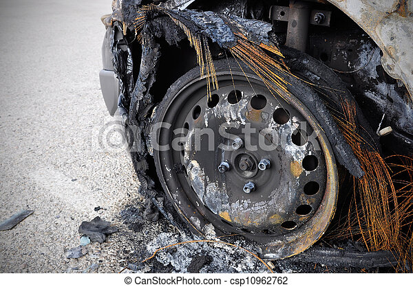 Coche quemado - csp10962762