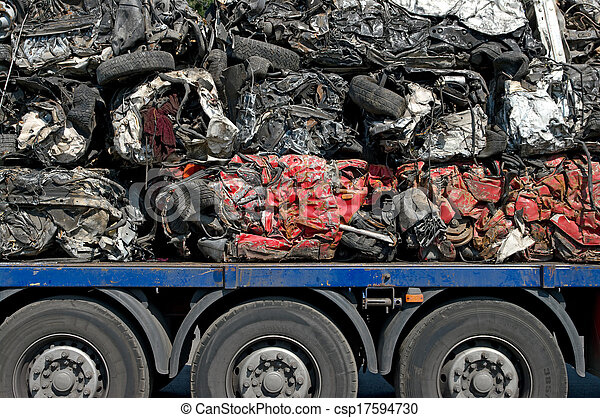Transporte de reciclaje de coches. Transporte de coches aplastados ...