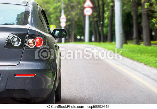 Vista trasera de un coche - csp58892648