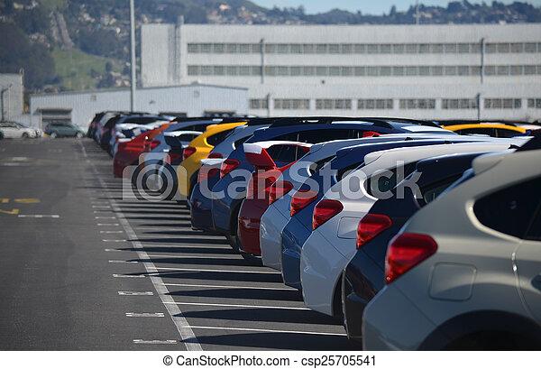 Nuevos coches alineados en un aparcamiento - csp25705541