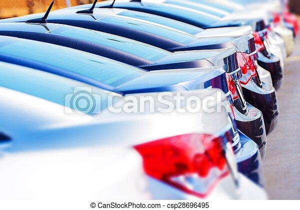 Fila de autos nuevos en stock - csp28696495