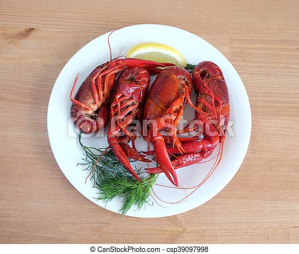 Un cangrejo cocinado en un plato blanco - csp39097998