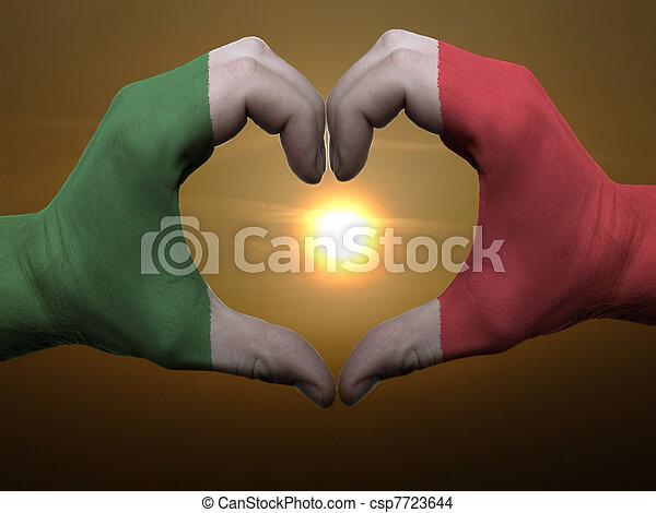 coeur, fait, italie, coloré, amour, symbole, drapeau, geste, mains, pendant, projection, levers de soleil - csp7723644