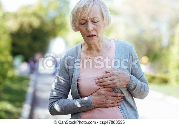 coeur, femme, confondu, vieillissement, attaque, dehors, avoir - csp47883535