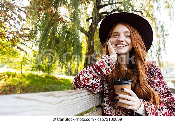 coffee., girl, positif, parc, jeune, automne, étudiant, roux, boire, sourire heureux - csp73100659