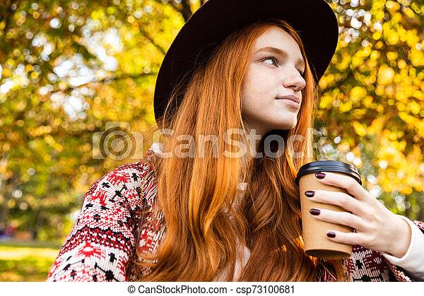 coffee., parc, jeune, automne, optimiste, étudiant, roux, girl, boire - csp73100681