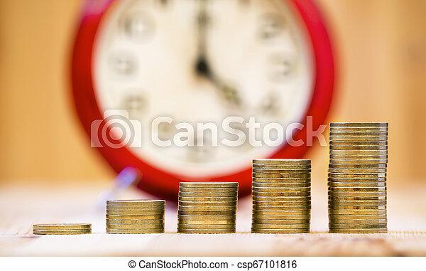 El concepto de interés compuesto: monedas de dinero, creciendo - csp67101816