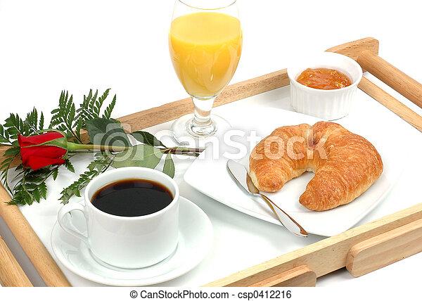Colazione letto succo croissant caff rosa isolato - Vassoio colazione letto ...