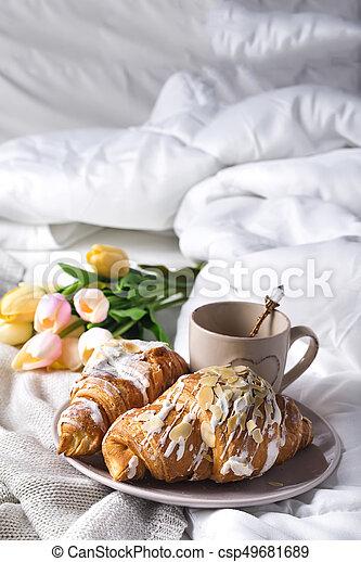 Immagini Colazione A Letto.Colazione Letto Bevande Croissant Colazione Aiuola