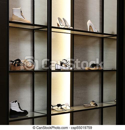 Una gran tienda de zapatos de lujo con una nueva colección - csp55019759